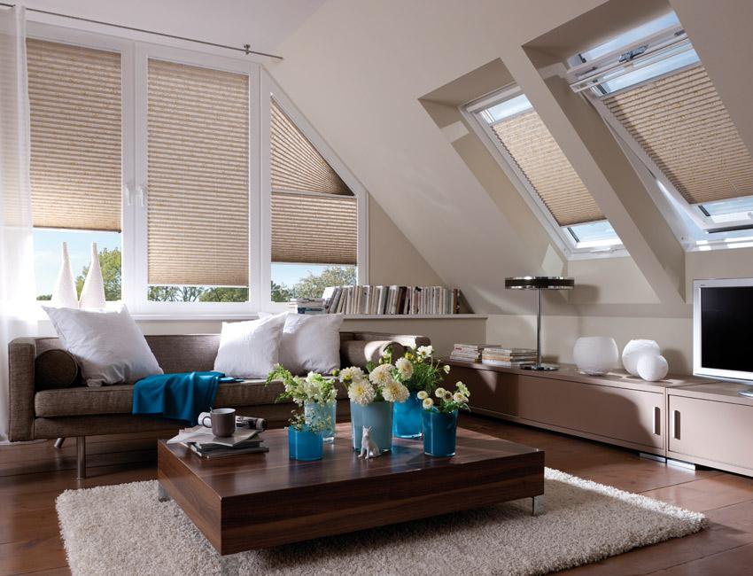 modern nappali plissevel  tetőtérben